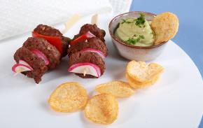 Mini-espetadas de hambúrguer com dip de abacate